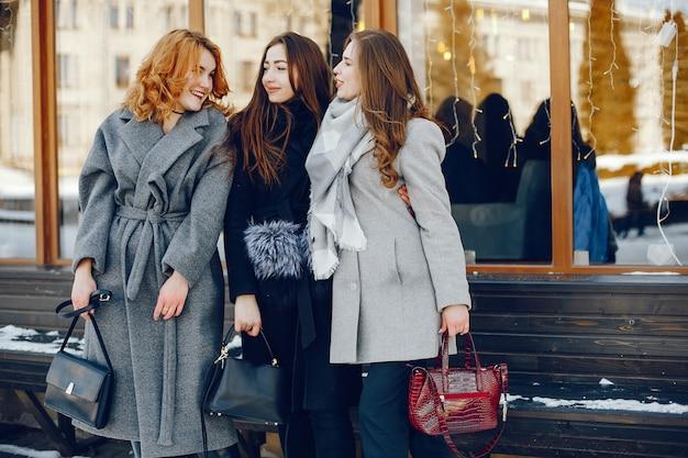 Três menina bonita em uma cidade de inverno Foto gratuita