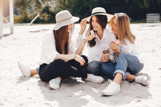 Três meninas bonitas em um parque de verão Foto gratuita