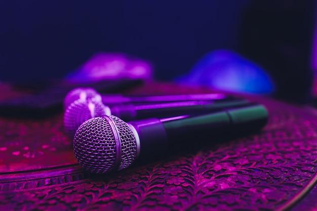 Três microfones em grupo na tabela vermelha com espaço de cópia. Foto Premium