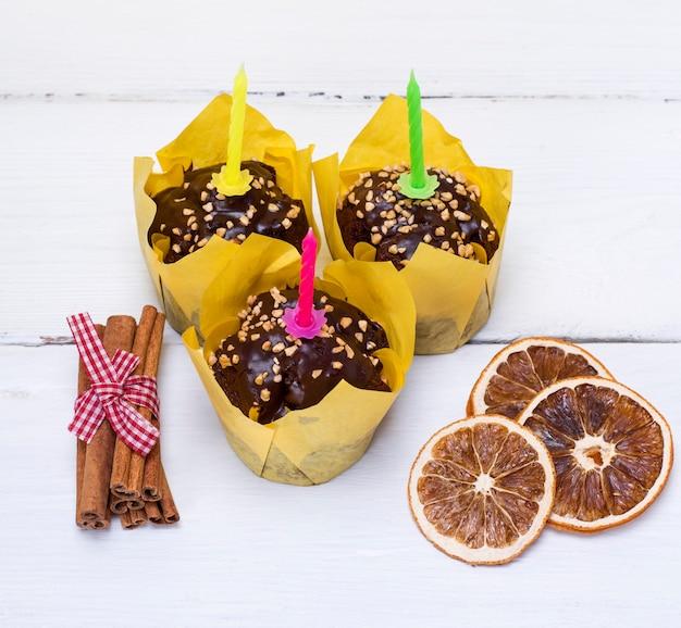 Três muffins de banana com velas festivas Foto Premium