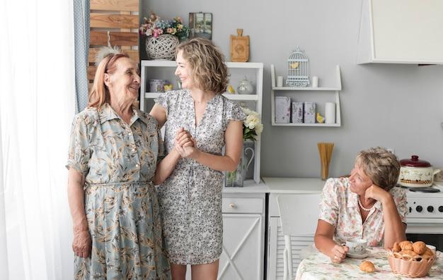 Três mulheres de geração na cozinha Foto gratuita