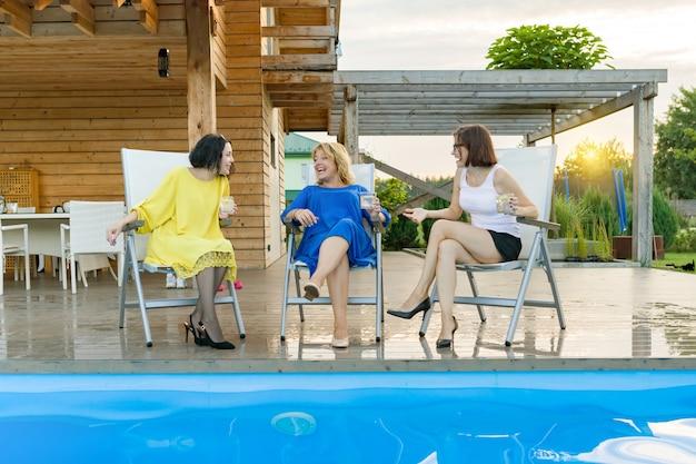 Três mulheres maduras de meia-idade estão se divertindo e conversando Foto Premium