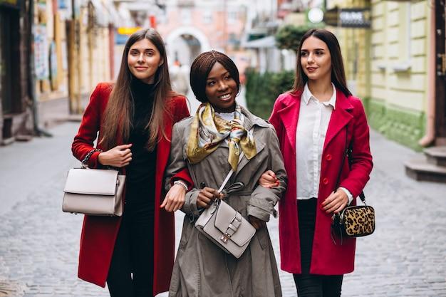 Três mulheres multiculturais na rua Foto gratuita