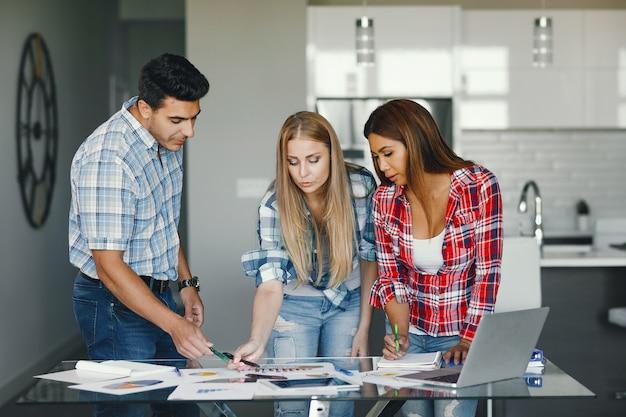 Três parceiros no escritório Foto gratuita