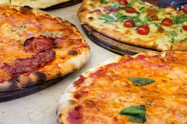 Três pizzas feitas no forno tradicional Foto Premium
