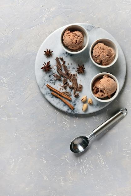 Três porções de sorvete de chocolate Foto Premium