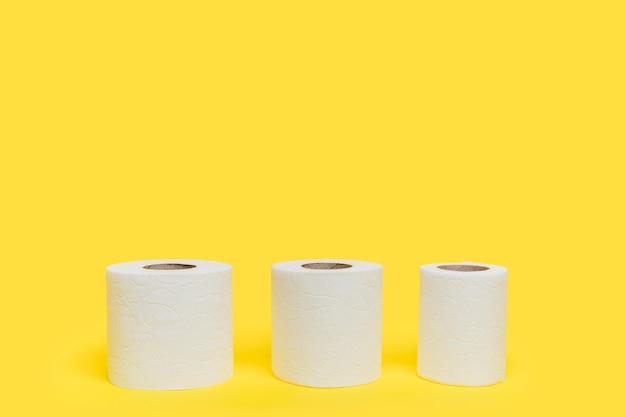 Três rolos de papel higiênico de tamanhos diferentes Foto gratuita