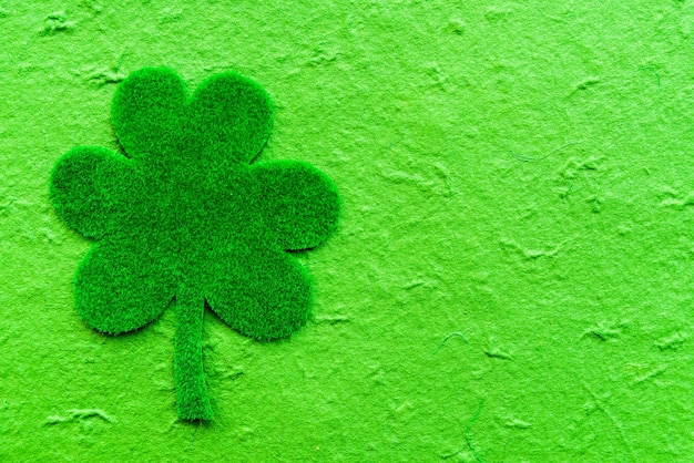 Trevo de papel verde sobre fundo de papel verde. Foto Premium
