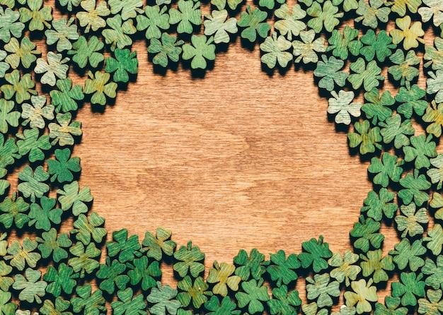 Trevos de quatro folhas, deitado no chão de madeira Foto Premium