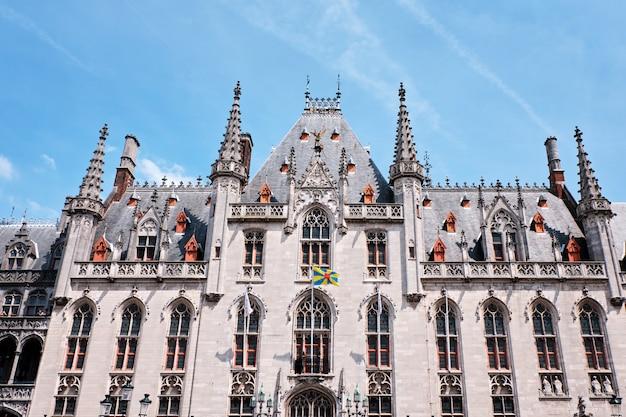 Tribunal provincial de bruges na praça do mercado em bruges, bélgica Foto Premium