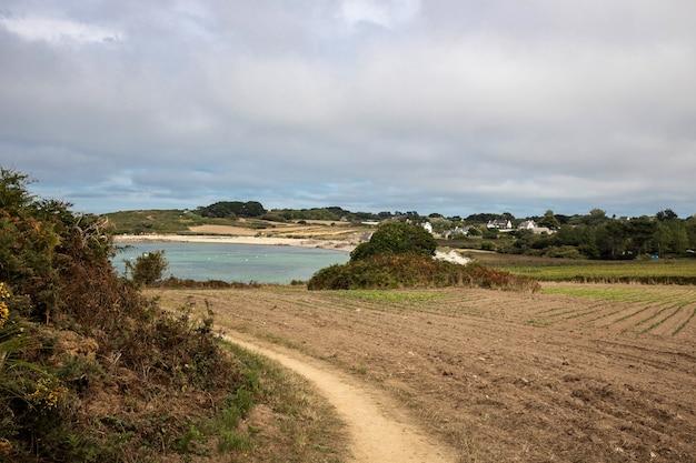 Trilha de caminhada entre a terra e o mar na bretanha Foto Premium