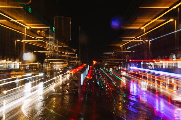 Trilhas de luzes de carros na rua Foto gratuita