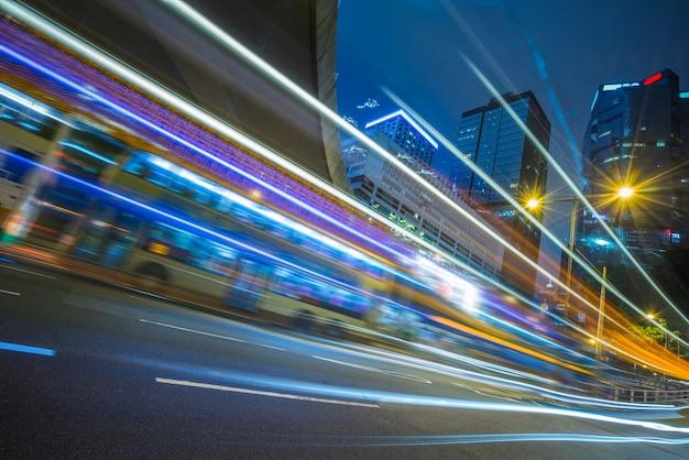Trilhas de luzes no centro da cidade Foto gratuita