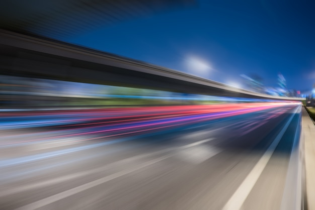 Trilhas de semáforo borradas na estrada Foto gratuita