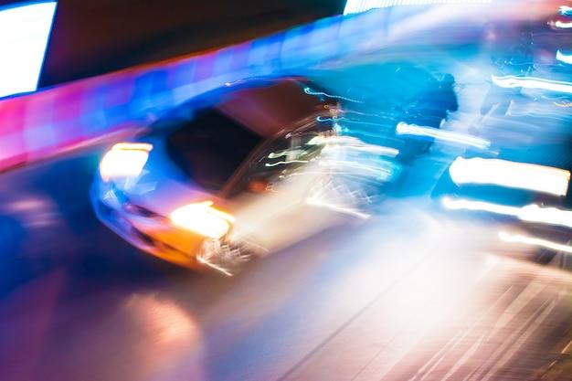 Trilhas de tráfego noturno de longa exposição com cores neon vibrantes Foto Premium