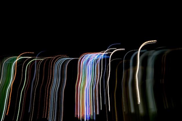 Trilhas leves contra o fundo escuro. Foto Premium