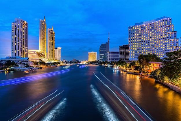 Trilhas leves de tráfego em uma paisagem urbana Foto Premium