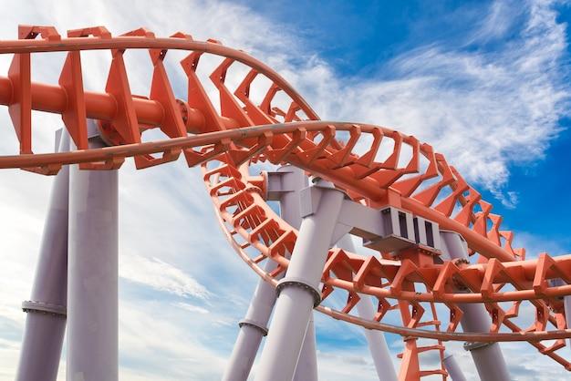 Trilho da montanha-russa no céu azul Foto Premium