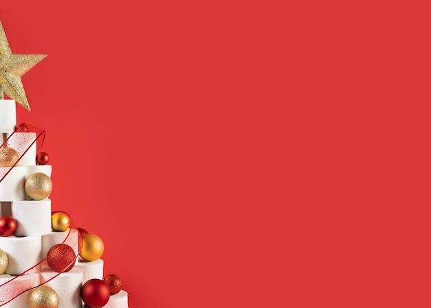Trimestre da árvore de papel higiênico de natal no fundo vermelho do espaço da cópia Foto gratuita