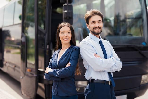 Tripulação amigável de serviço profissional de ônibus de viagem. Foto Premium