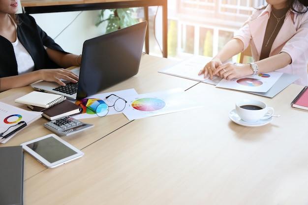Tripulação de jovem empresária inteligente trabalhando com novo projeto de inicialização no escritório loft moderno Foto Premium