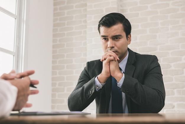 Triste e desesperado empresário com as mãos no queixo Foto Premium