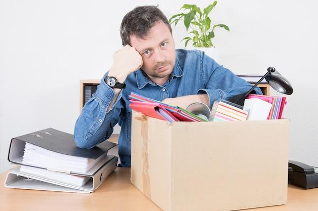 Triste homem de negócios demitido de seu trabalho de escritório Foto Premium