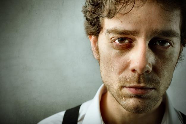 Triste homem desesperado em crise Foto Premium