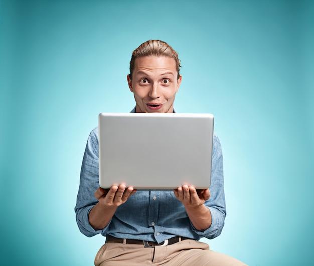 Triste homem jovem trabalhando no laptop Foto gratuita