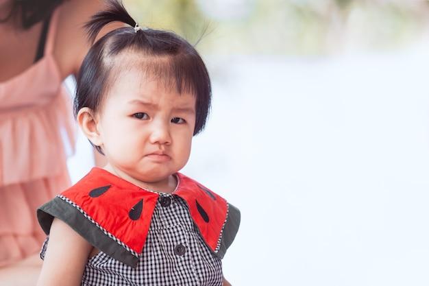 Triste menina asiática chorando e chateado Foto Premium