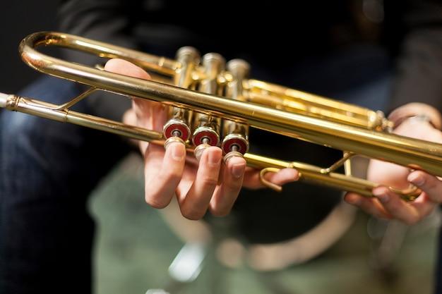 Trompete, mãos Foto gratuita