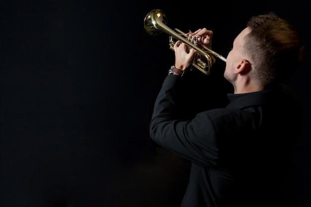 Trompetista, jogador, pretas, fundo Foto gratuita