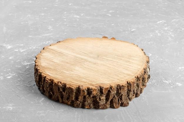 Tronco de árvore redondo cortado com anéis anuais em fundo cinza da vista superior Foto Premium