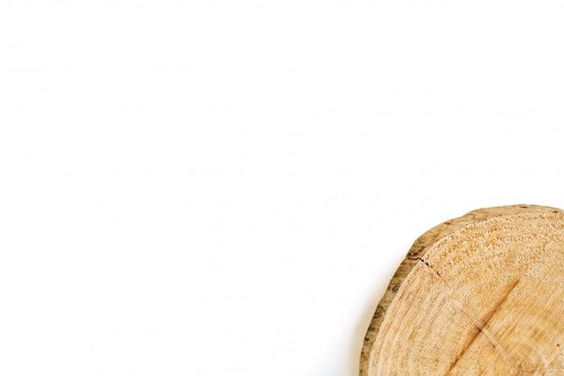 Tronco de madeira de árvore cortada isolado no fundo branco Foto Premium