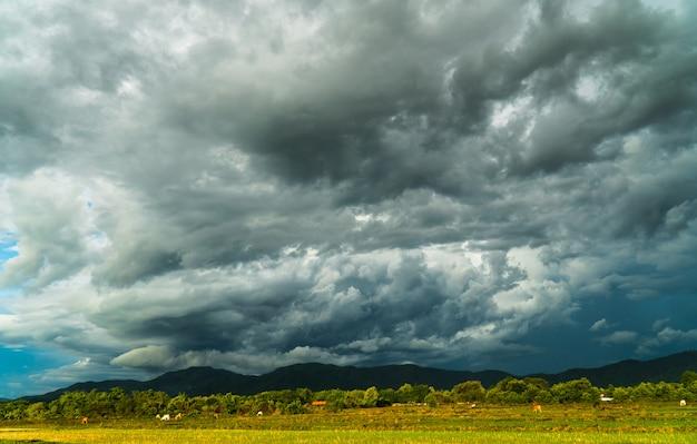 Trovão tempestade céu chuva nuvens Foto Premium