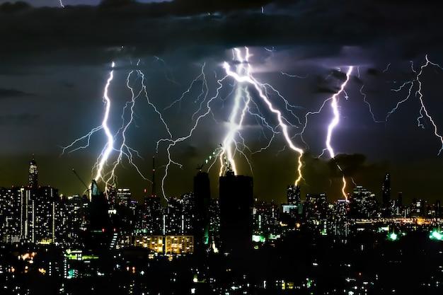 Trovão tempestade iluminação parafuso no céu horizontal e cidade scape Foto Premium