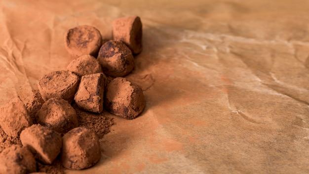 Trufa de chocolate em pó de cacau Foto gratuita