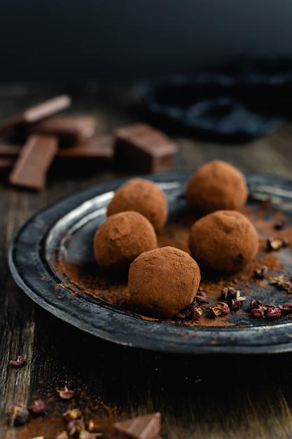 Trufas de chocolate amargo com pimenta sichuan Foto Premium