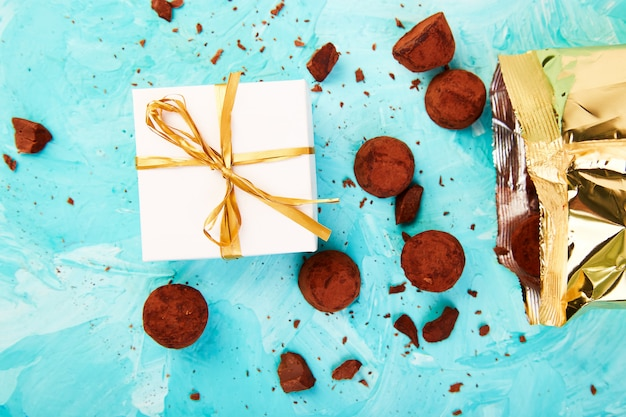 Trufas de chocolate caem caixa de luxo dourado Foto Premium