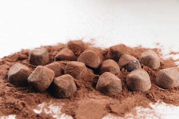 Trufas de chocolate com cacau em pó Foto gratuita
