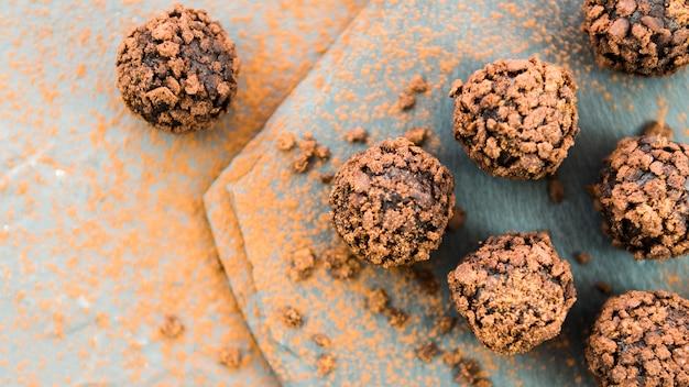 Trufas de chocolate com migalha de biscoito na bancada de pedra Foto gratuita