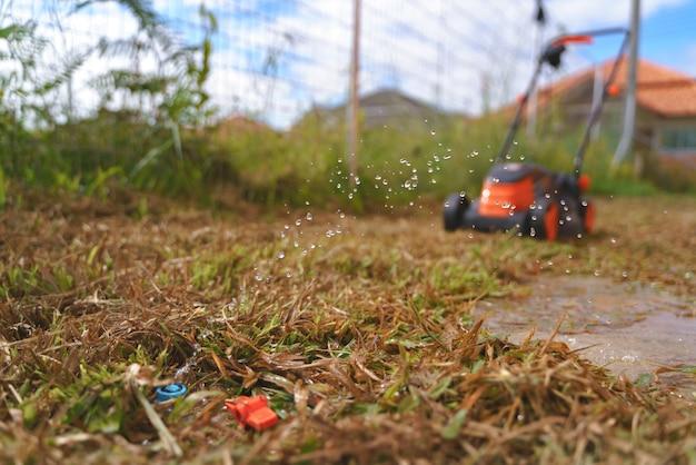 Tubo de água rebentado e quebrado no quintal Foto Premium