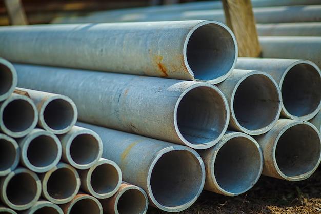 Tubo de concreto de amianto empilhados para uso em construção. Foto Premium