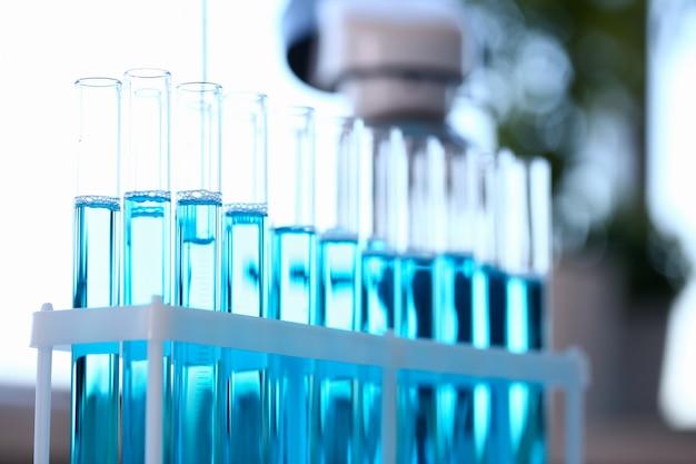 Tubo de ensaio de vidro transborda solução líquida de potássio Foto Premium