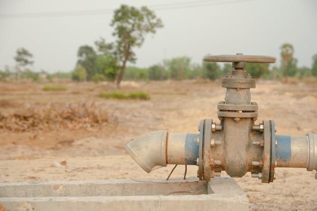 Tubo de irrigação e válvula de água para a agricultura no campo Foto Premium