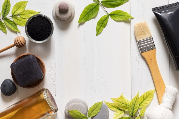 Tubo de máscara de carvão sobre fundo branco, cosméticos e produtos de skincare Foto Premium