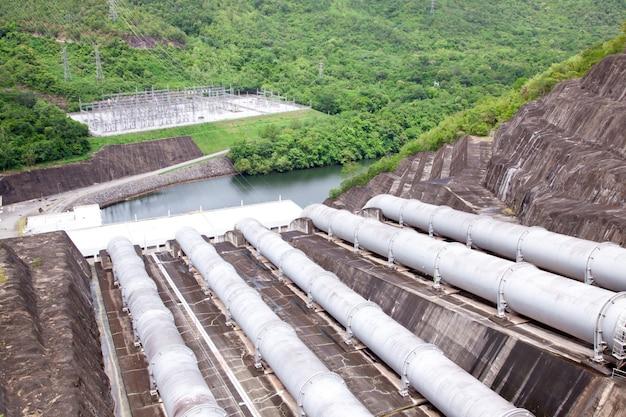 Tubulação de água da usina hidrelétrica Foto Premium