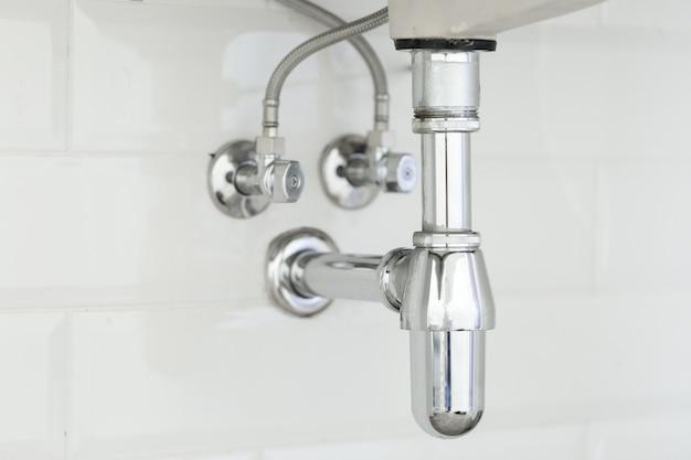 Tubulação de água sob a pia em branco Foto Premium