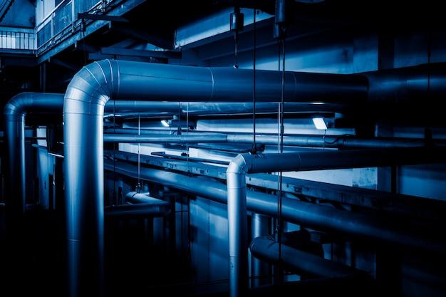 Tubulações de aço e cabos em uma planta Foto gratuita