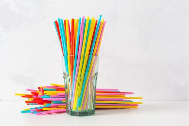 Túbulos coloridos para suco e coquetéis Foto Premium